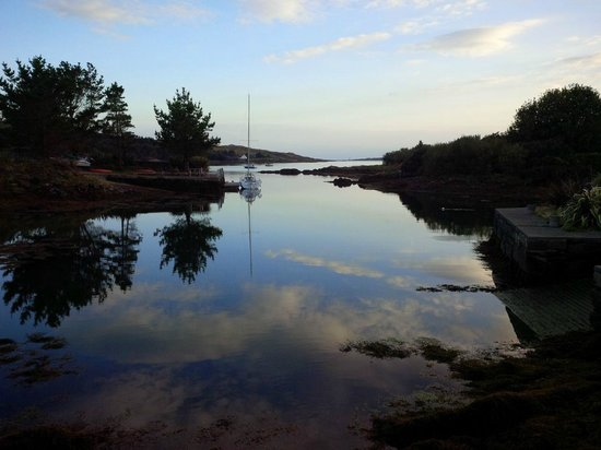 Waters Edge Accommodation: Small jetty, a short stroll from the house