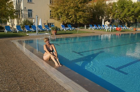 Your Hotel & Spa Alcobaça: Зона отдыха с бассейном, на заднем плане само здание отеля