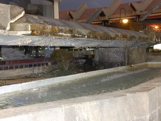 Centro Comercial Faro 2: Remains of the former central water feature in the middle of Faro 2.