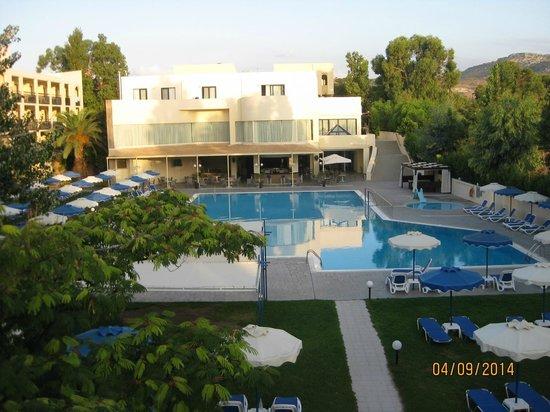 Dessole Lippia Golf Resort : piscina e blocco principale