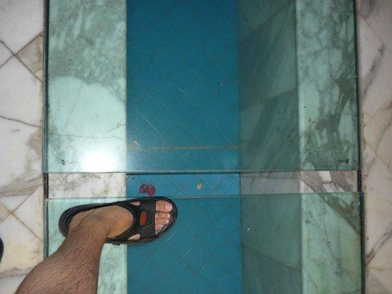 Prima Life Imperial Park: Щели в стеклянной дорожке...
