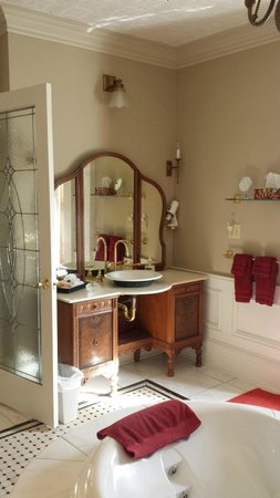Park Place Bed & Breakfast: Beautiful vanity and sink
