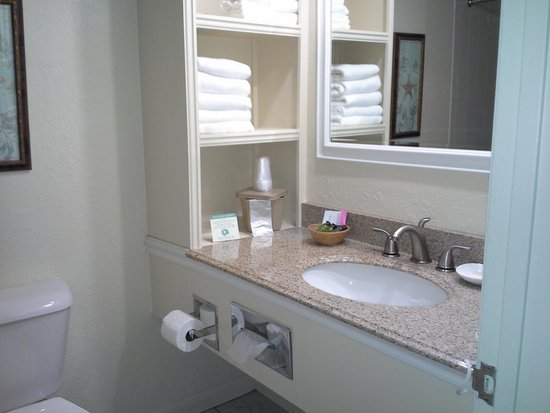 Surf Side Hotel: Bathroom and shelf unit
