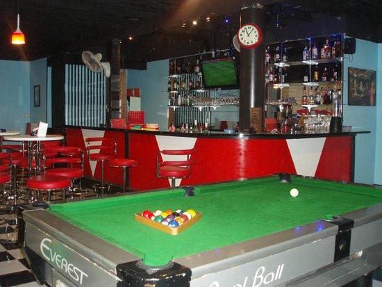 Retrophilia Coffee & Bar : Having fun playing pool