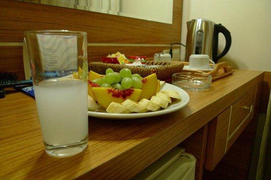 Selenay Hotel: Приветствие от отеля. Ракы покупал сам в ближайшем маркете :)
