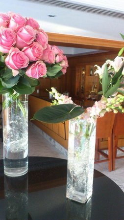 Le Royale Sharm El Sheikh, a Sonesta Collection Luxury Resort : Beautiful fresh flowers in reception and piano bar
