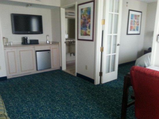 Costa Mesa Marriott Suites: Refrigerator/sink area