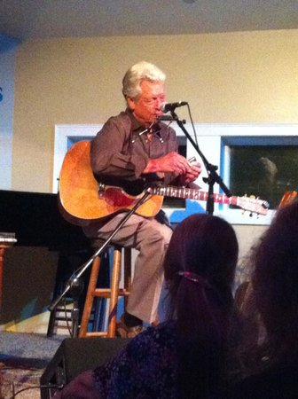 Jonathan's Restaurant: Then upstairs for a fantastic show by John Hammond!