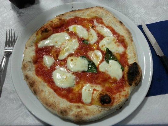Pizzeria jonny: La pizza con mozzarella di bufala e basilico.