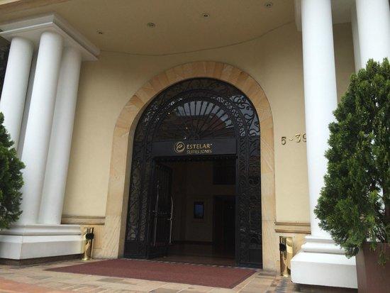 Hotel Estelar Suites Jones: Vista de la entrada al hotel