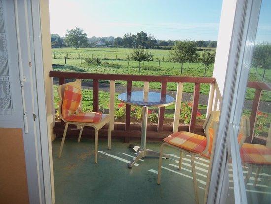 Hotel-Restaurant de Tesse : la terrasse avec vue sur le jardin