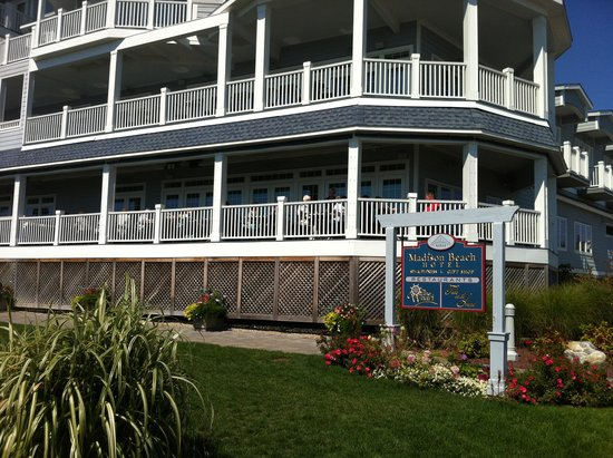 Madison Beach Hotel: Beach side of hotel showing outdoor dining on first floor porch