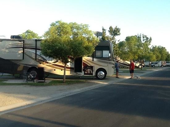Bakersfield RV Resort: morning coffee with neighbors
