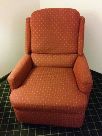 La Quinta Inn & Suites St. Louis Westport: Old tired looking dirty chair