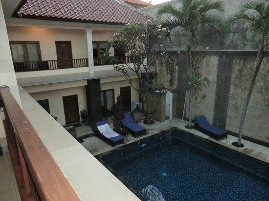 Radha Bali Hotel: Blick vom Balkon direkt auf den Pool