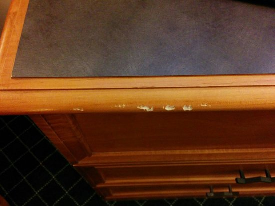 La Quinta Inn & Suites St. Louis Westport : Scraped and tired dresser