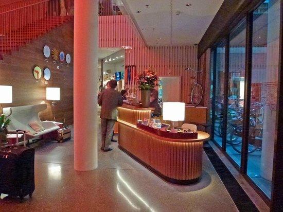 25hours Hotel Zurich West: Reception