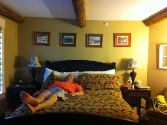 Gazebo Inn Ogunquit: My husband taking a little break on the oh so divinely comfy bed!