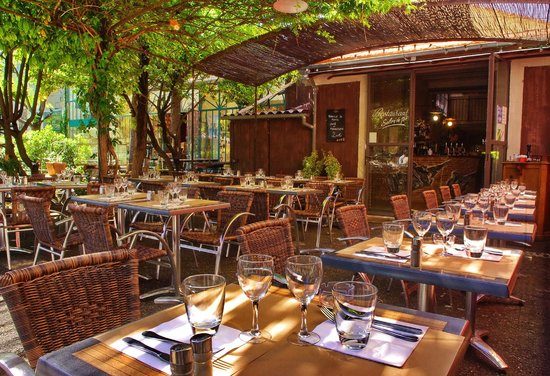 Le café du village : belle terrasse ombragée