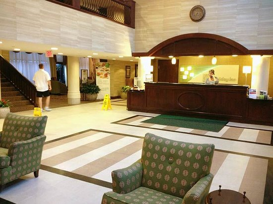 Holiday Inn Washington-Dulles Int'l Airport : The lobby is large, with free coffee, and extensive seating/waiting areas