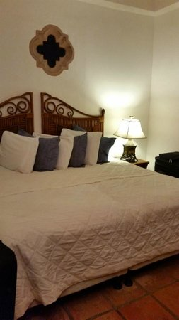 """Acacia Boutique Hotel: """"King"""" Size bed"""