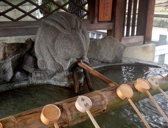 Sumiyoshi Taisha Shrine: うさぎの手水舎
