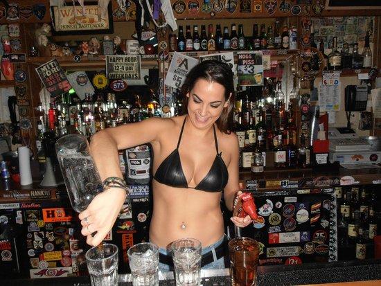 Hogs N Heifers Saloon : Get the drink in