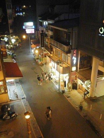 Harbor Resort Hotel: 陽台上也看得見街道,但夜晚不會吵。