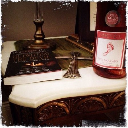 Naomi's Inn Bed & Breakfast: A little reading and wine at our stay in the portabella room