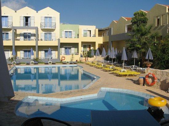 Hotel Bella Pais: basen hotelowy, widok od strony recepcji
