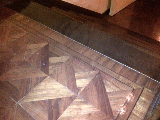 Grand Hotel Duchi D'Aosta : dettaglio legno ballatoio e scalini interni