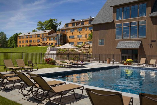 The Mountain Top Inn & Resort : Mountain Top Inn viewed from pool
