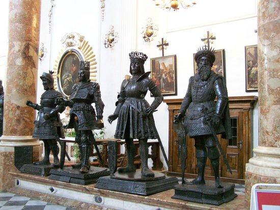 Hofkirche: Bronze Statues