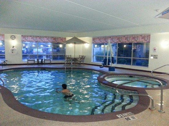Sleep Inn: The pool and hot tub area September 2014