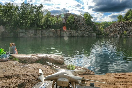 Quarry Park and Nature Preserve: Beautiful day for flying and swimming