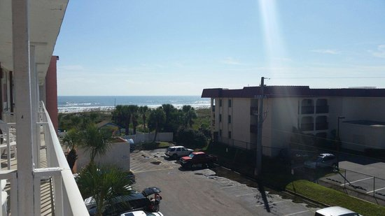 Holiday Isle Oceanfront Resort: Southside of building..room 409