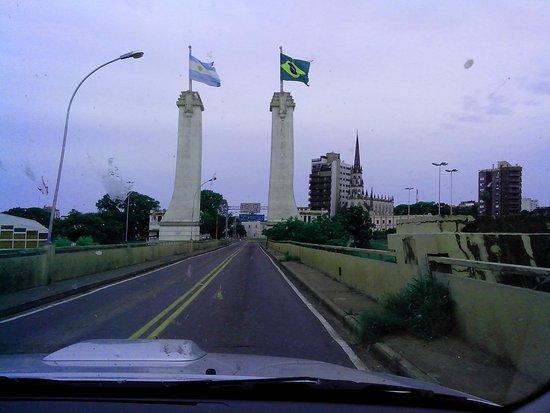 Portal de entrada em Uruguaiana. Lindo símbolo: as bandeiras do Brasil e da Argentina