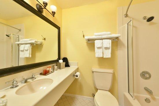 Sand Pebbles Inn: Guest Bath