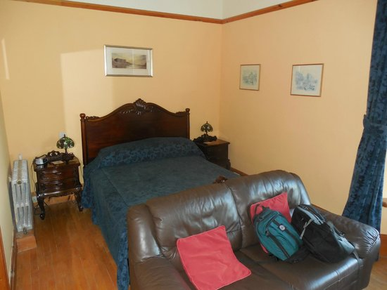 Lower Lamphey Park: Very comfy bed with good side tables and lights