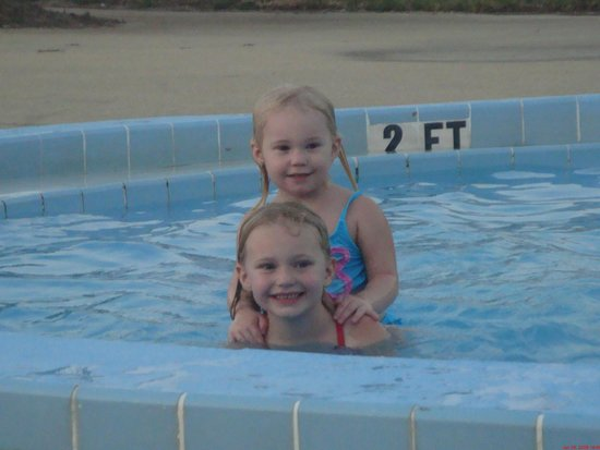 Quality Inn and Suites: kids in the small pool