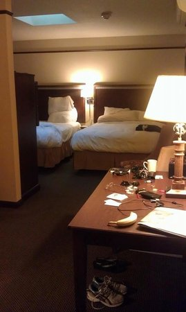 Hotel Seville : Desk and beds