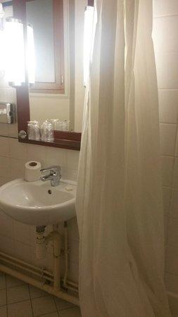 Timhotel Montmartre: un simple lavabo et un malheureux rideau douche