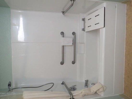 La Quinta Inn & Suites Newport : Handicapped accessible bathroom FAIL