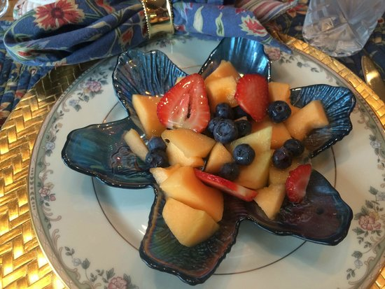 Torch Lake Bed & Breakfast : Delicious fresh local fruit in the morning
