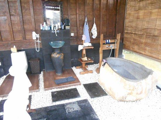 KajaNe Yangloni Private Boutique Health & Leisure Centre: salle de bain exterieur