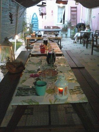 Alfama Patio Hostel: Mesa puesta para nuestra cena con velas y rodeados de plantas.