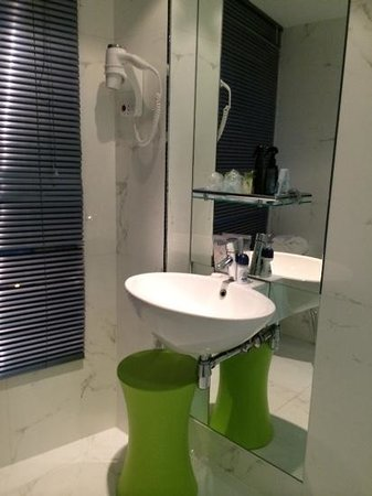 Ibis Styles Amsterdam Central Station : Hotel bathroom.