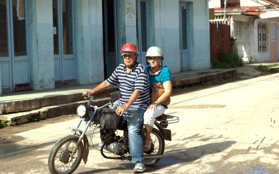 Casa Marel Bed & Breakfast: dos vecinos en moto
