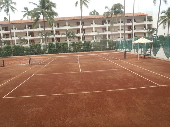 Crown Paradise Golden Resort Puerto Vallarta: One of the two tennis courts