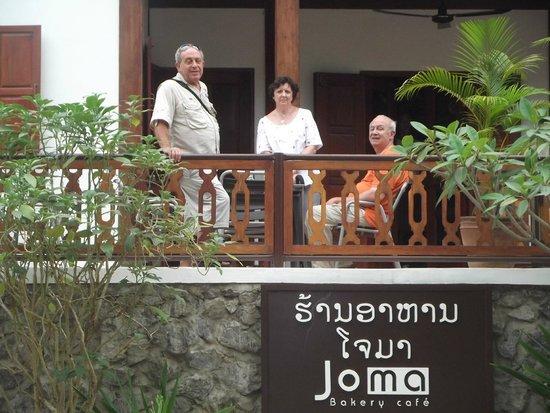 Joma Bakery Cafe : descansando en la veranda